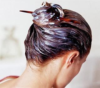 Les masques pour les cheveux avec le jaune par le miel