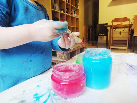 Première activité manuelle la peinture avec les doigts