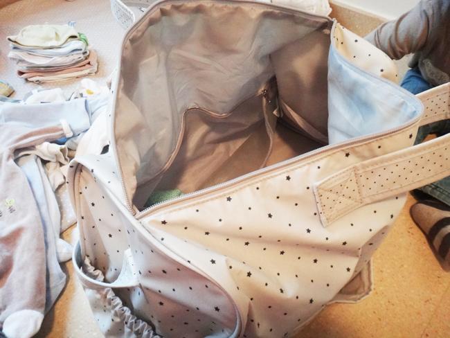 dans mon sac pour la maternit vie de maman babymeetstheworld blog maman blog voyages. Black Bedroom Furniture Sets. Home Design Ideas