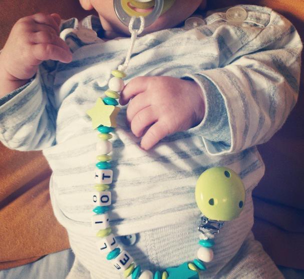 Bébé Luciole et les attaches tétines
