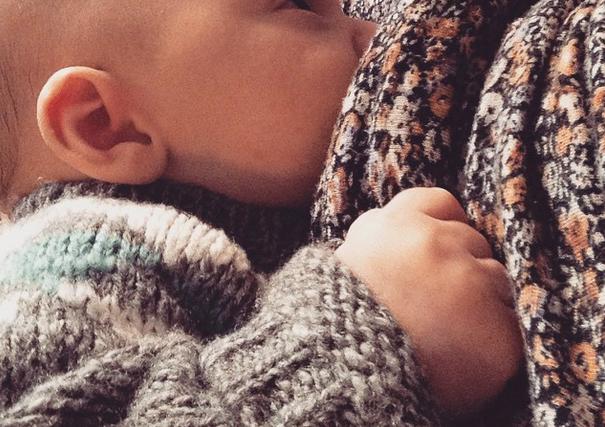 Comment occuper l'aîné pendant la tétée de bébé