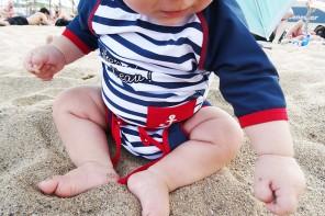 La toute première baignade dans la mer pour bébé Luciole