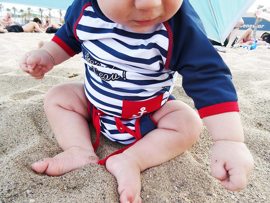 La toute première baignade dans la mer pour bébé Luciole  La toute première baignade dans la mer pour bébé Luciole