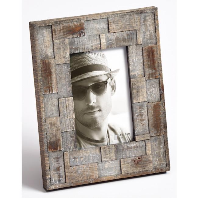 Un pan de mur avec des cadres photos