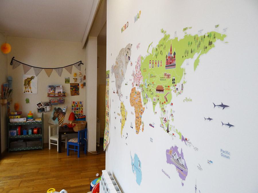 Découvrir le monde sur un mur