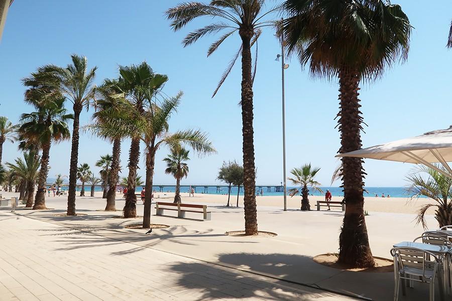 La plage du pont Petroli à Barcelone