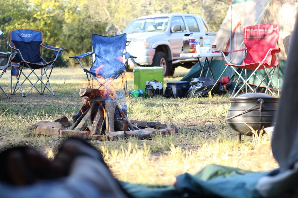Un van ou une voiture avec une tente pour les vacances ?  Un van ou une voiture avec une tente pour les vacances ?  Un van ou une voiture avec une tente pour les vacances ?