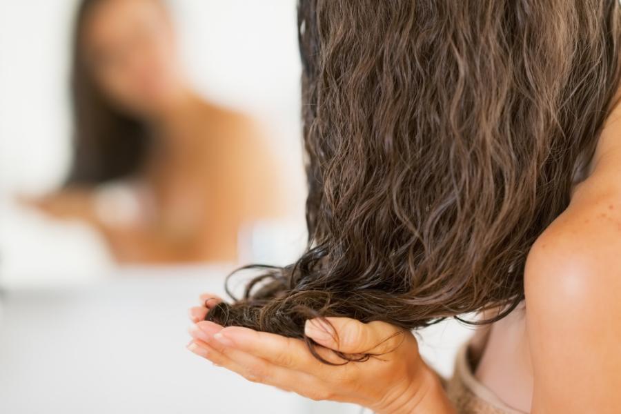 Recettes simples et naturelles de masques pour tous types de cheveux